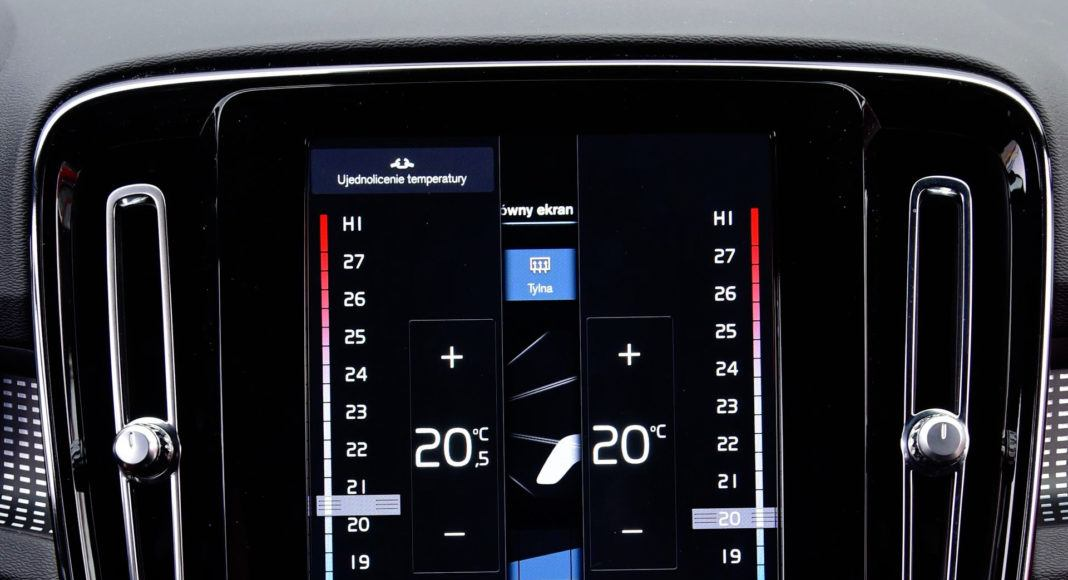 Pionowy ekran dotykowy służy m.in. do obsługi klimatyzacji.