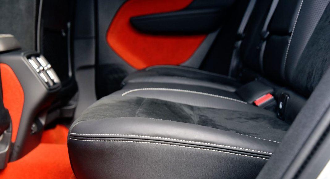 Siedzisko tylnej kanapy w Volvo jest zbyt krótkie.