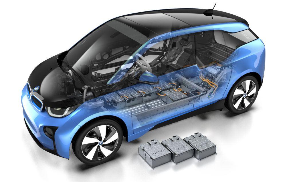 Przekrój przez BMW i3. Akumulator trakcyjny składa się z ośmiu mniejszych akumulatorów, które mogą być wymieniane osobno. (fot. BMW)