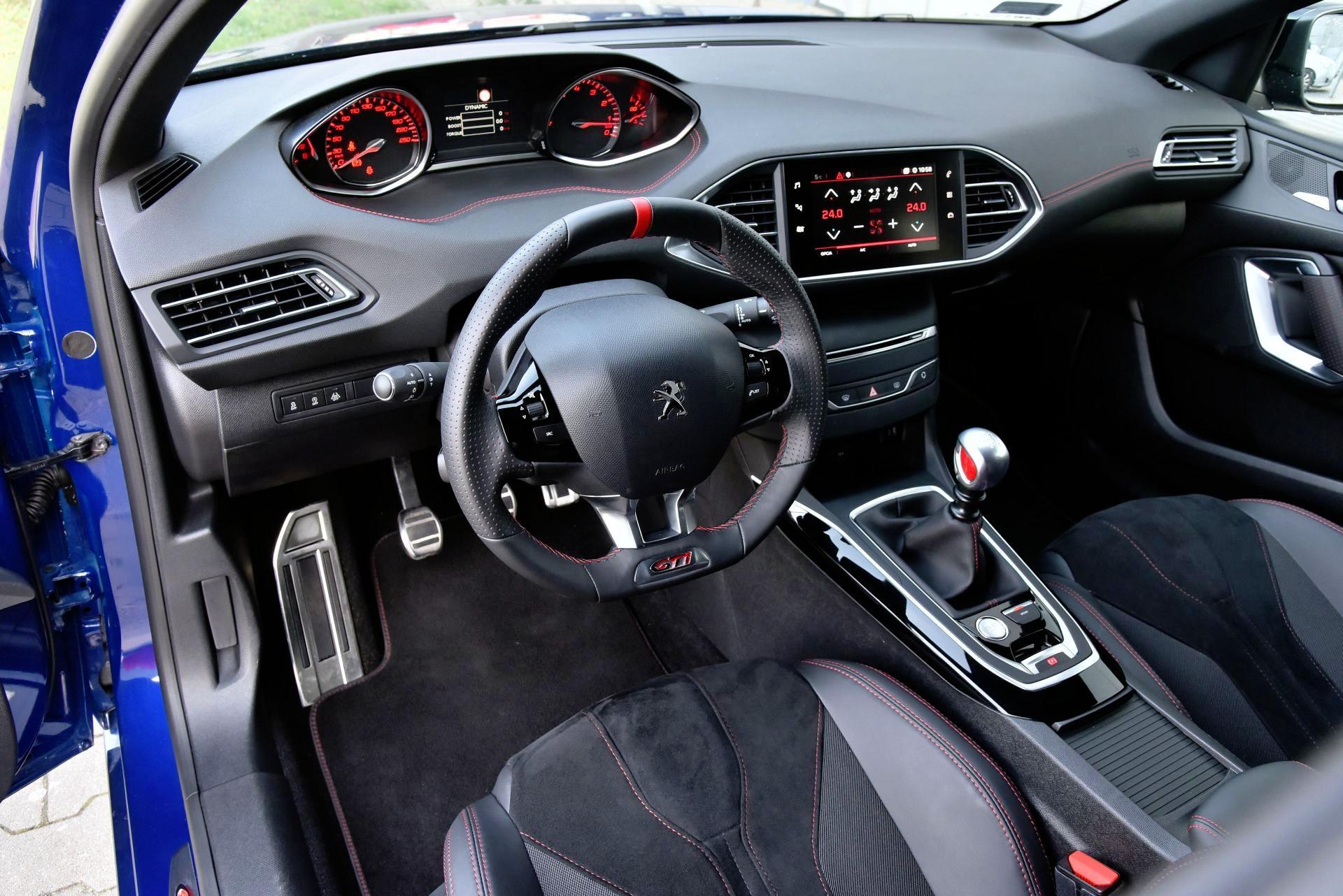 Peugeot 308 GTi - deska rozdzielcza