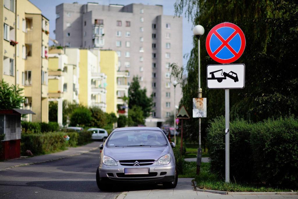 Zakaz zatrzymywania z tabliczką