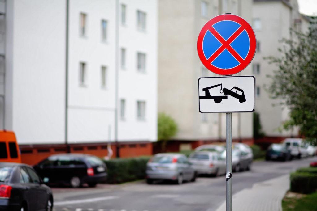 Zakaz zatrzymywania z tabliczką ostrzegającą o możliwości odholowania pojazdu