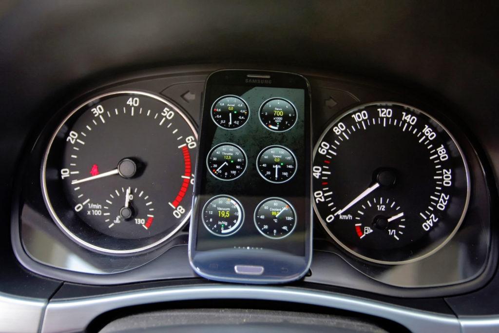 Smartfon z aplikacjąOBD