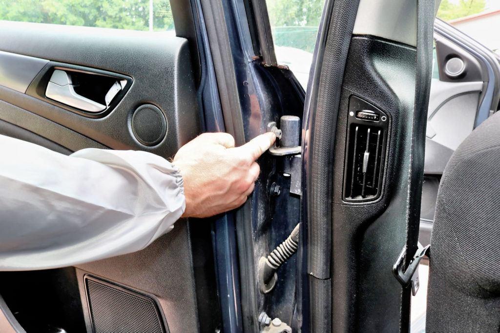 Kontrola śrub drzwi