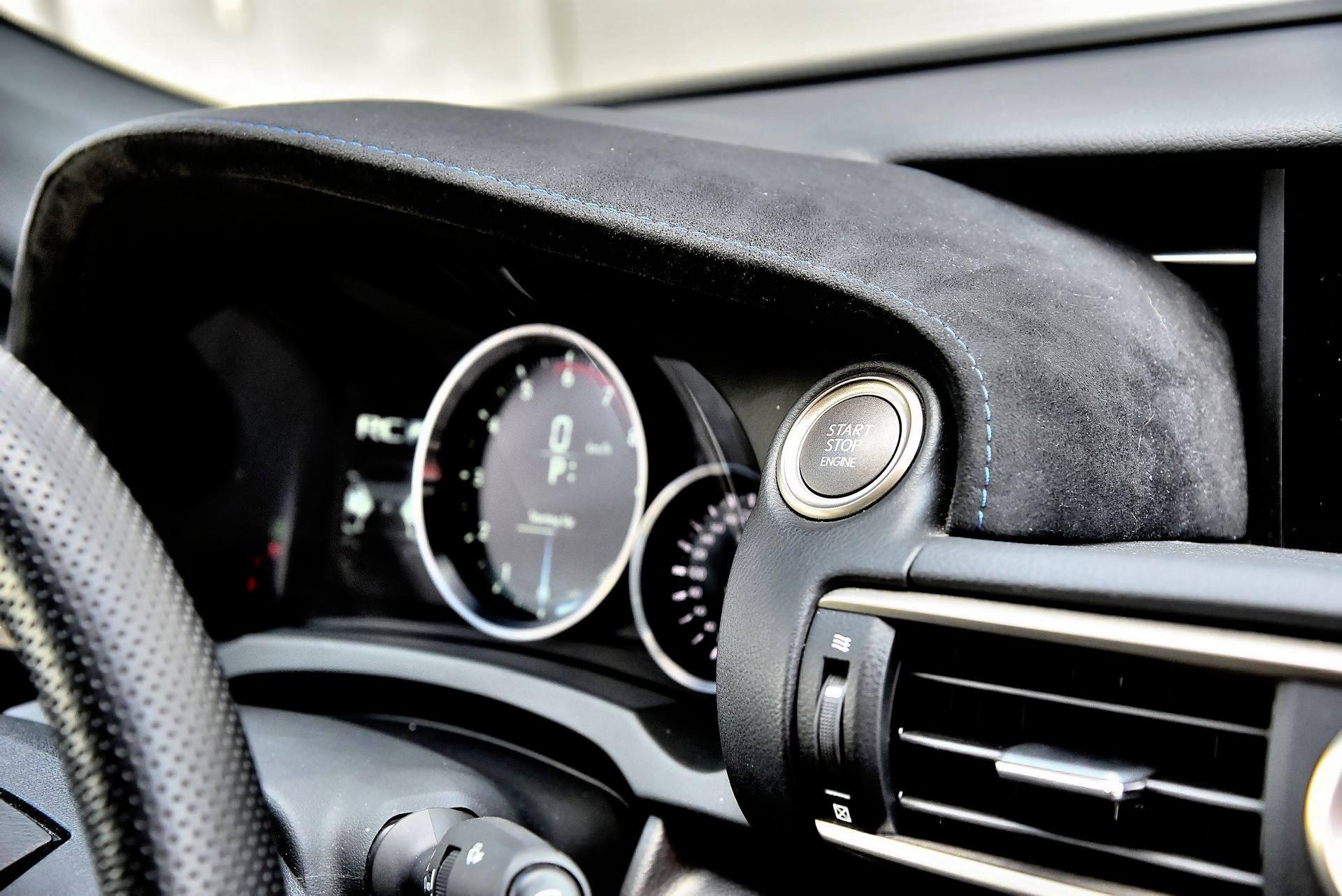 Lexus RC F - przycisk
