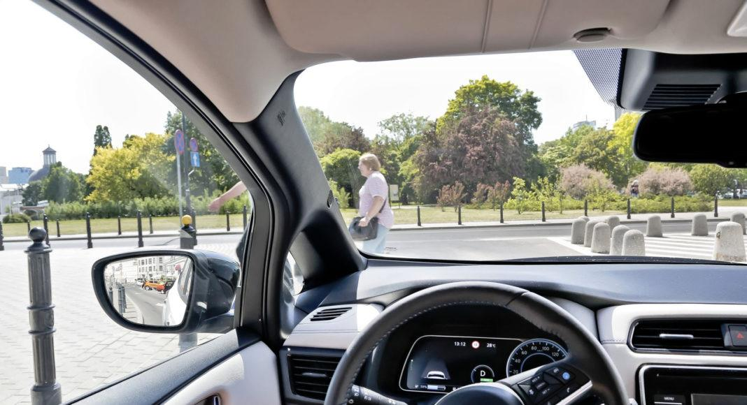 Nissan Leaf - słupek