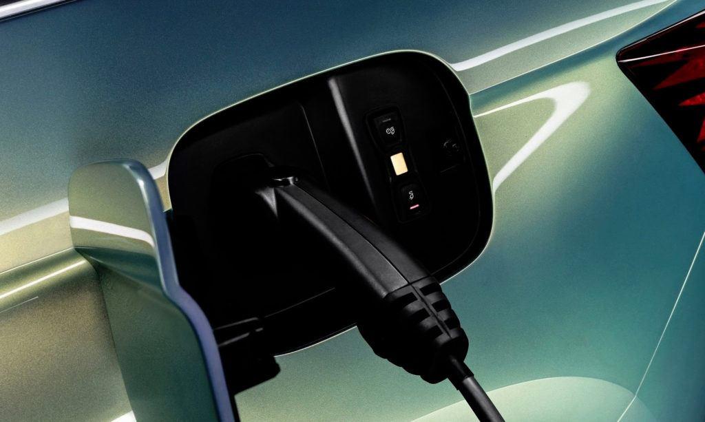 Czas ładowania auta elektrycznego zdolnego pokonać dystans ok. 400-500 km zależy od źródła prądu - w przypadku domowej szybkiej ładowarki ściennej (tzw. wallbox) wynosi ok. 12 godzin.