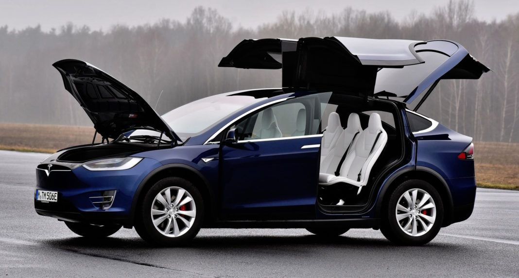 Tesla Model X - otwarte drzwi
