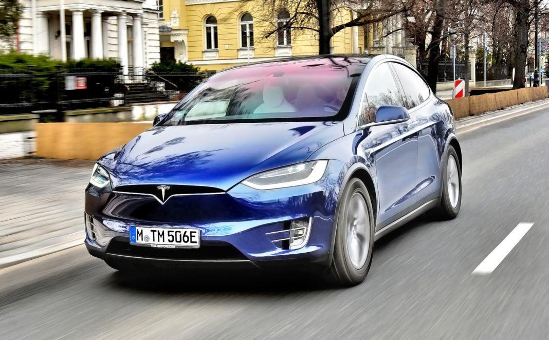 Tesla Model X - otwierające