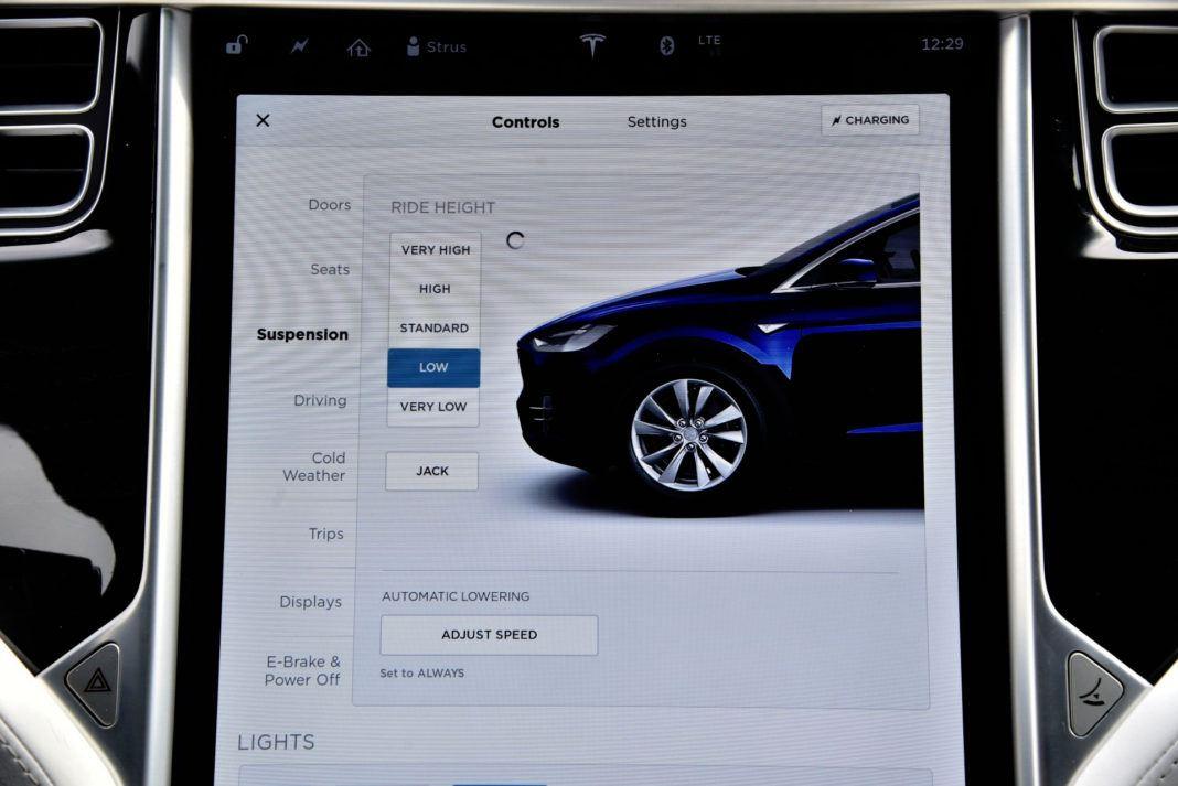 Tesla Model X - regulacja prześwitu