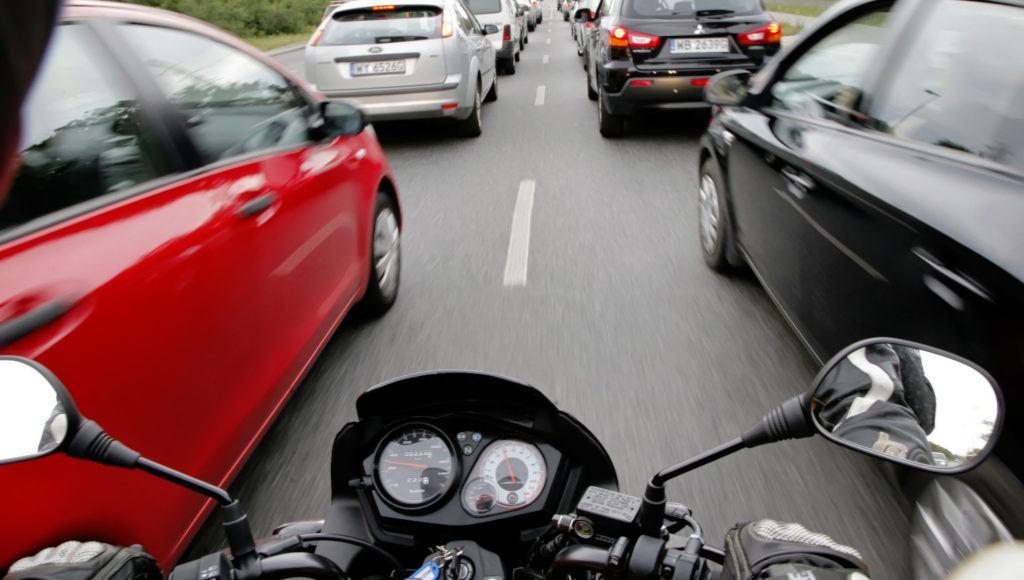 Wymijanie aut motocyklem