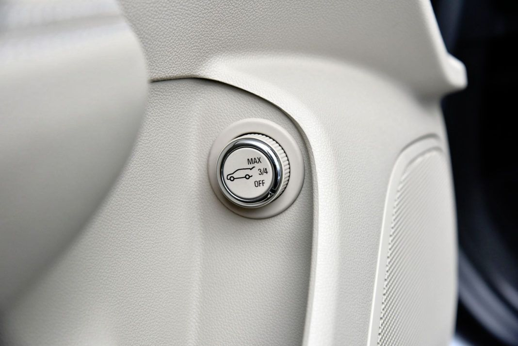 Opel Insignia - przycisk sterowania klapy