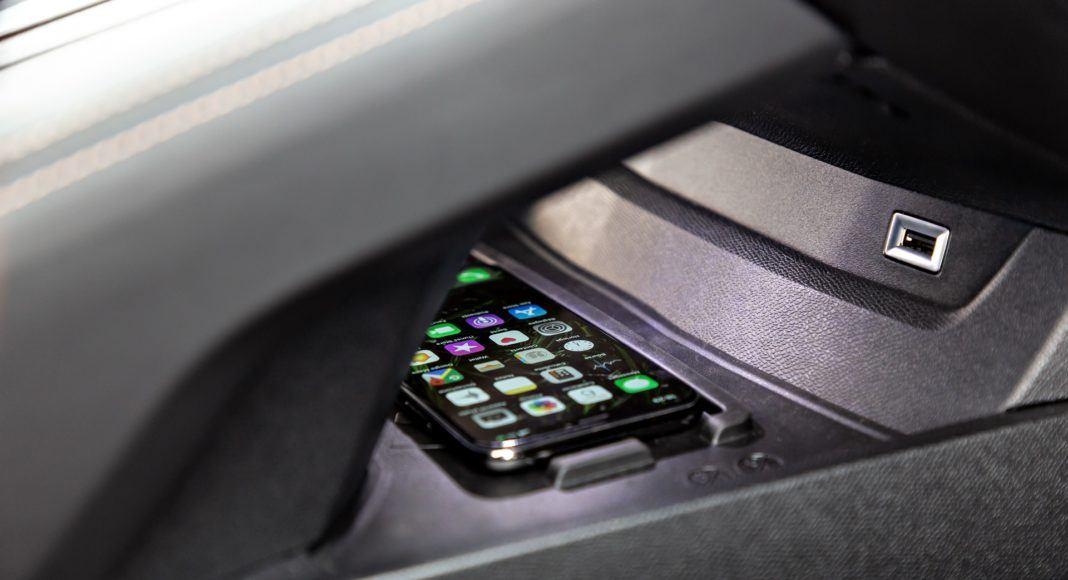 Peugeot 508 - ładowanie telefonu