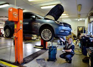 Wymiana oleju silnikowego: jak często, ile kosztuje, jak ją wykonać?