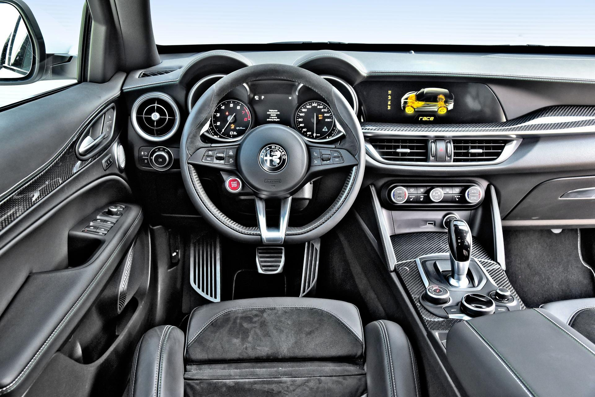 Alfa Romeo Stelvio Quadrifoglio - deska rozdzielcza