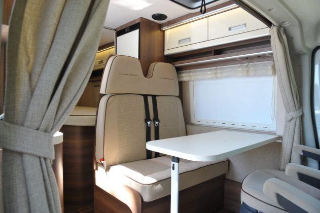 Kamper - fotele w kabinie
