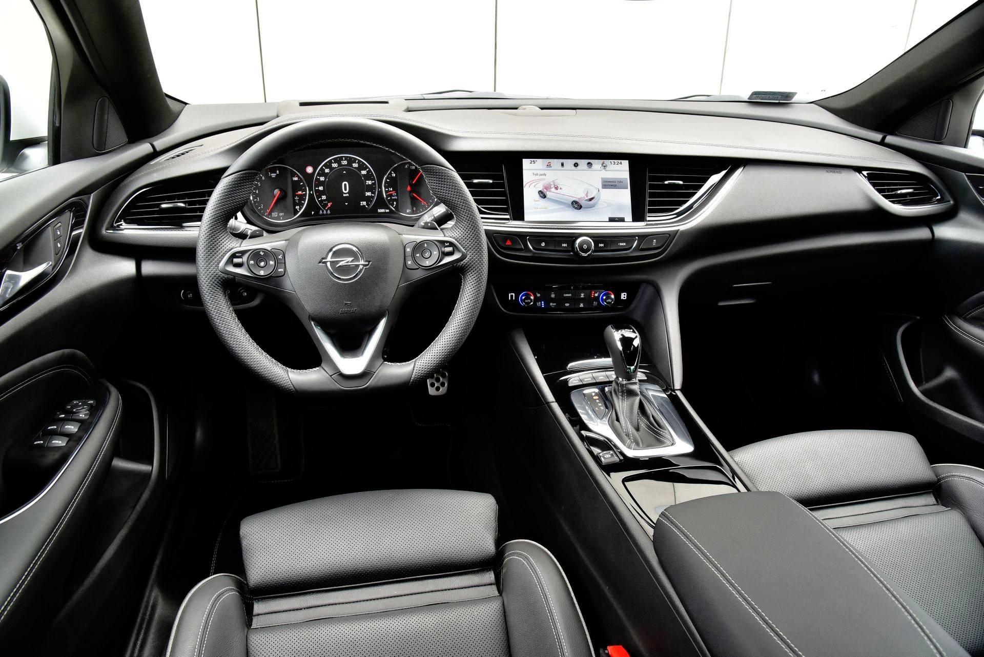 Opel Insignia GSi - deska rozdzielcza
