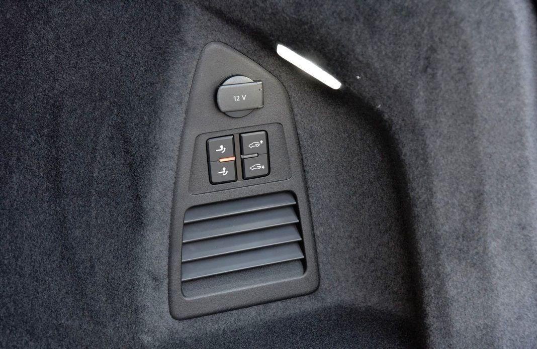 Volkswagen Touareg - przyciski w bagażniku