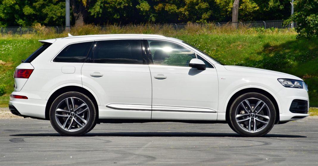 Audi Q7 - bok