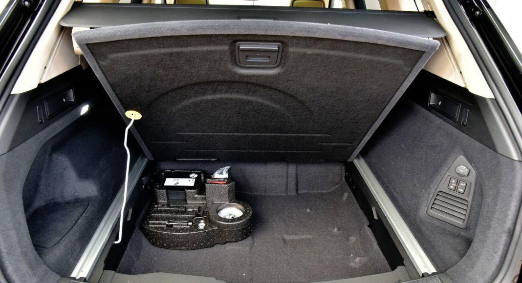 Volkswagen Touareg - schowek pod bagażnikiem