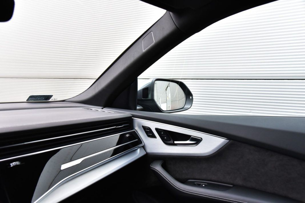 Audi Q8 - słupek