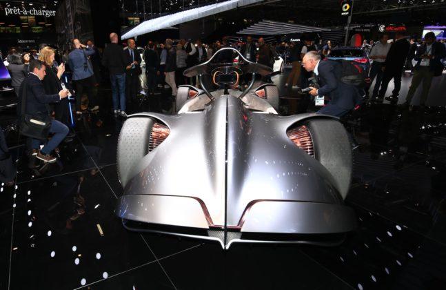 Mercedes EQ srebrna strzala