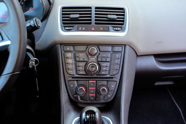 Opel Meriva B - konsola środkowa