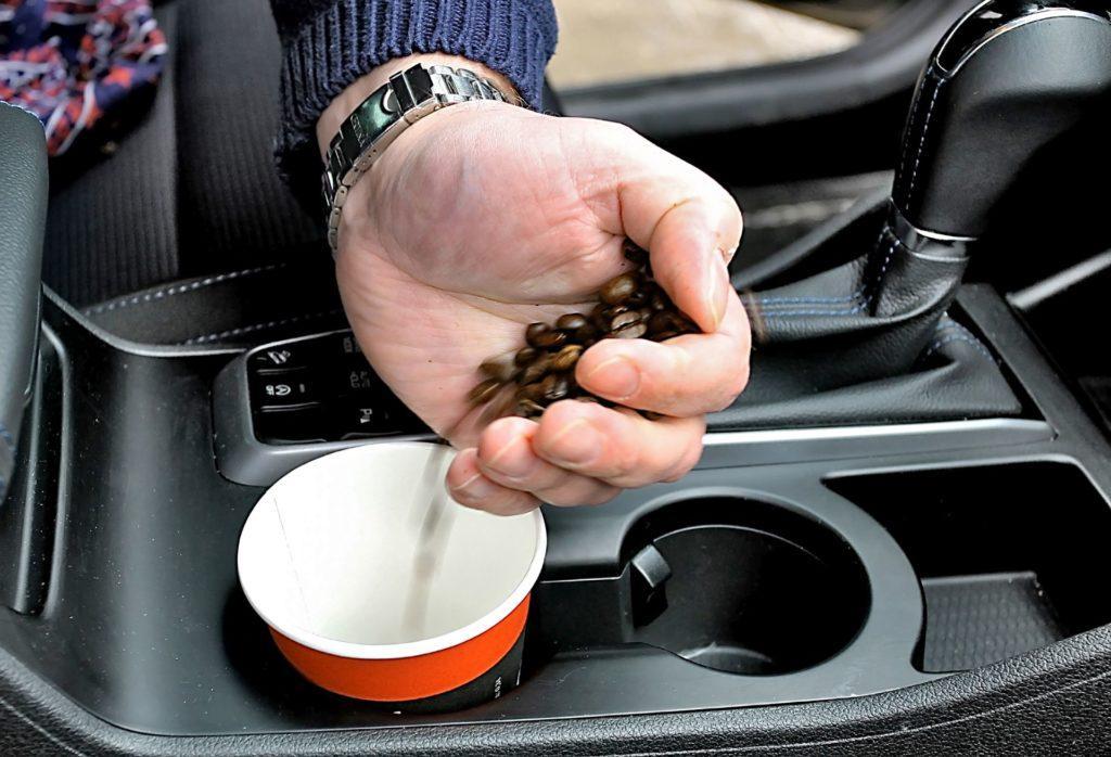 Usuwanie zapachów kawą