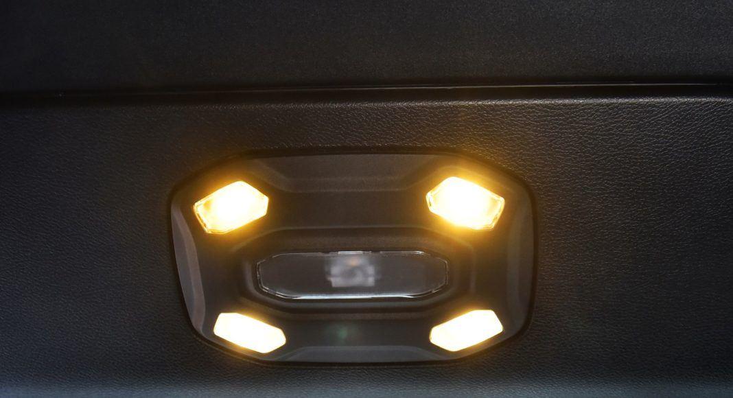Jeep Wrangler Sahara - oświetlenie kabiny