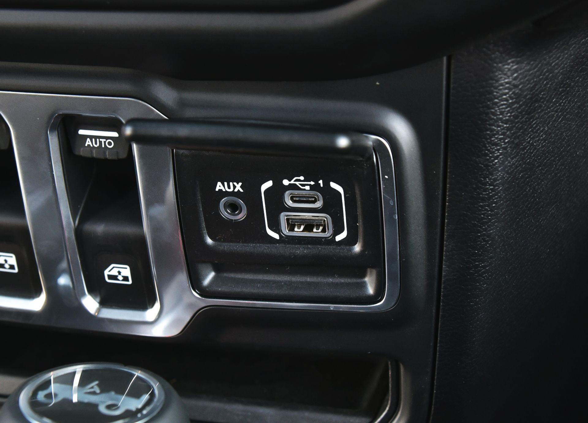 Jeep Wrangler Sahara - wejścia