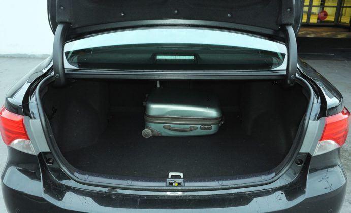 Toyota Avensis III - bagażnik sedan