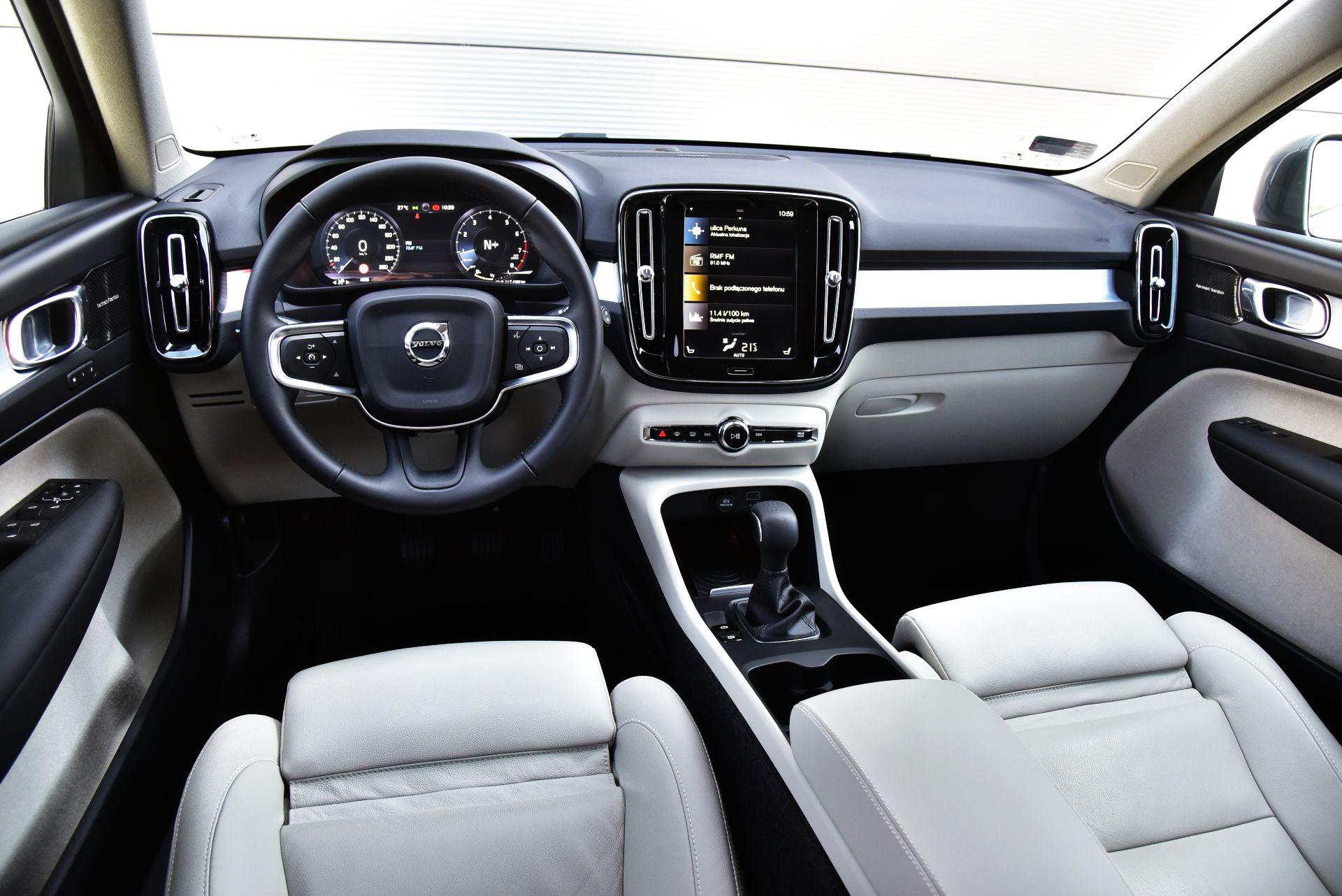 Volvo XC40 T3 - deska rozdzielcza