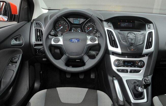 Ford Focus III deska rozdzielcza (2)