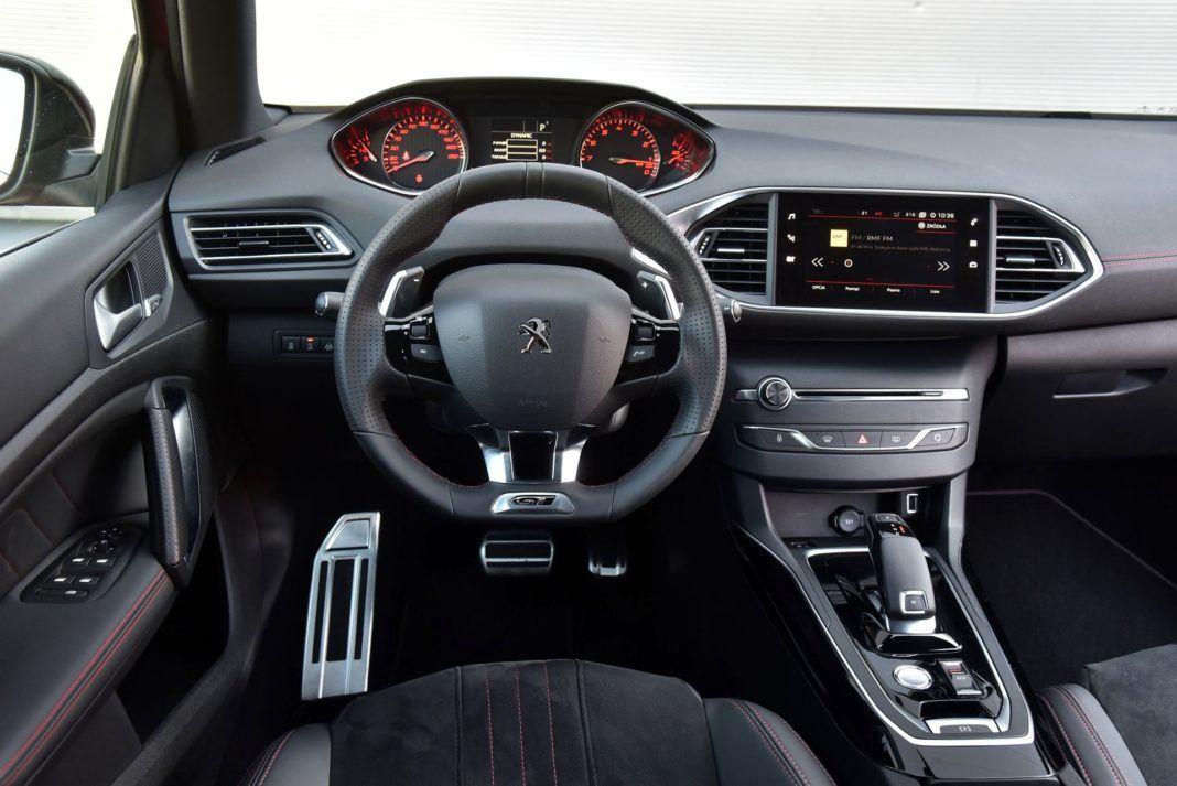 Peugeot 308 GT - deska rozdzielcza