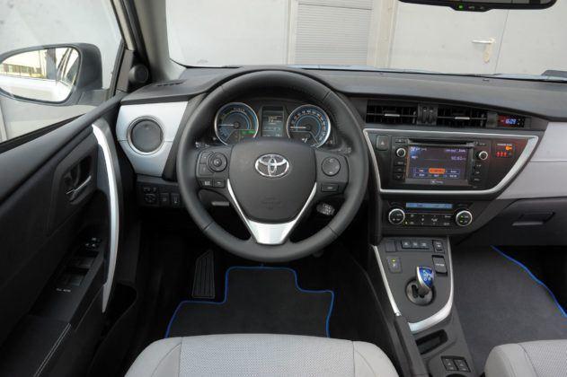 Toyota Auris Hybrid - deska rozdzielcza