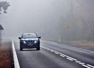 Jazda na światłach dziennych w deszczu i po zmroku grozi mandatem i punktami