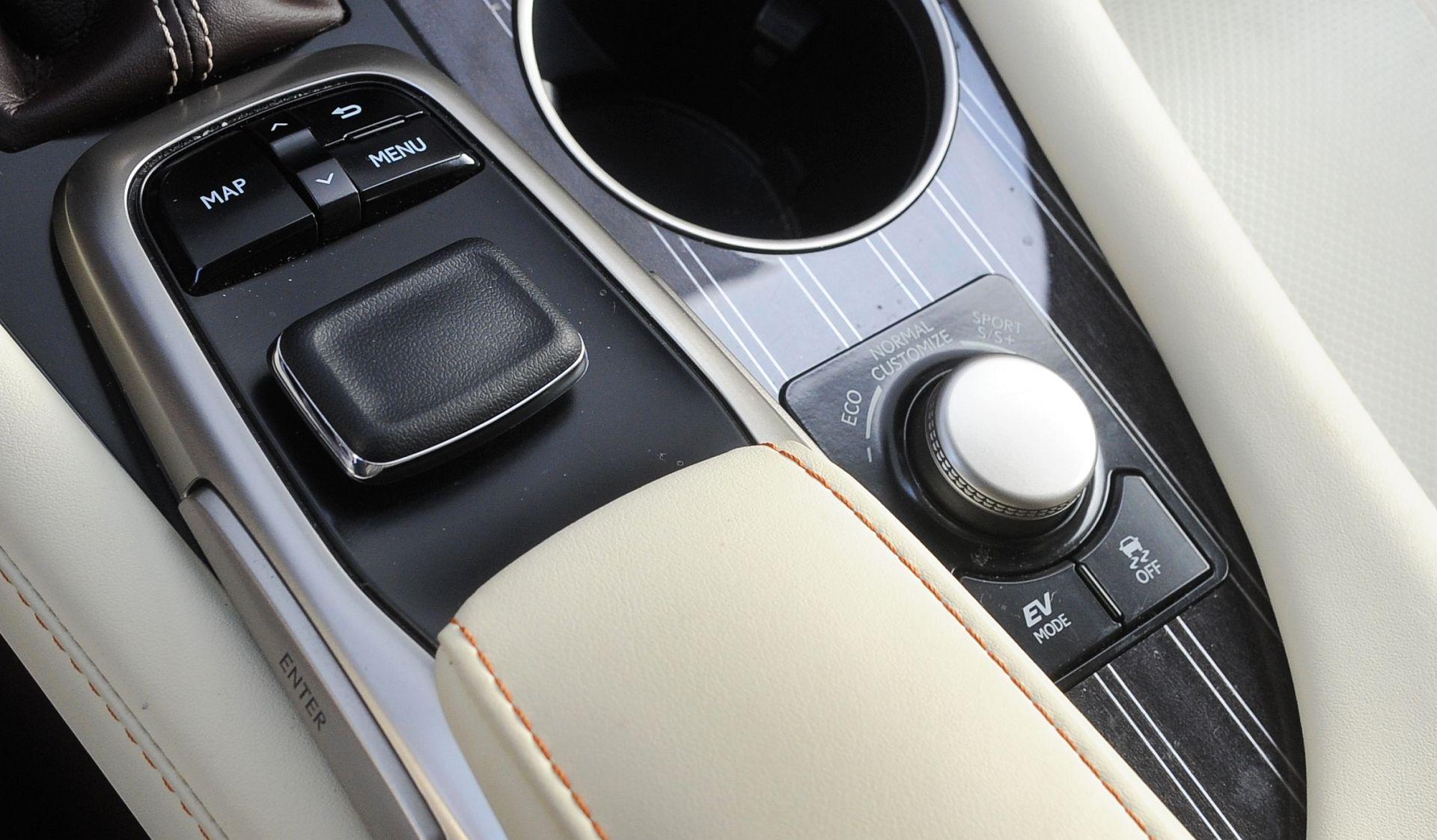 Lexus RX L - sterowanie multimediami