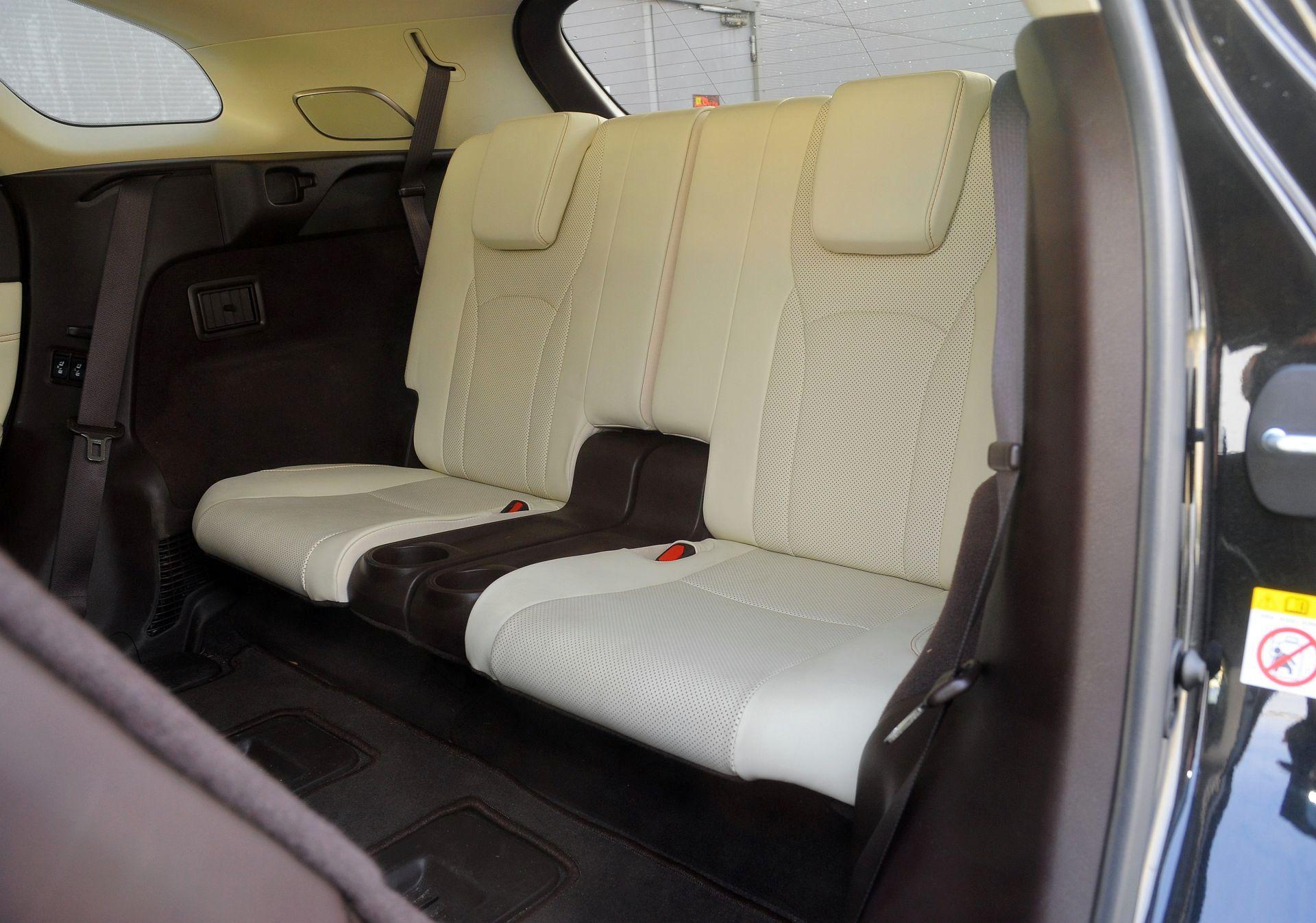 Lexus RX L - trzeci rząd siedzeń