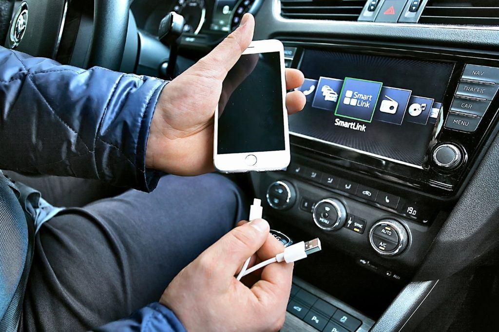 Systemy integracji smartfonu z autem