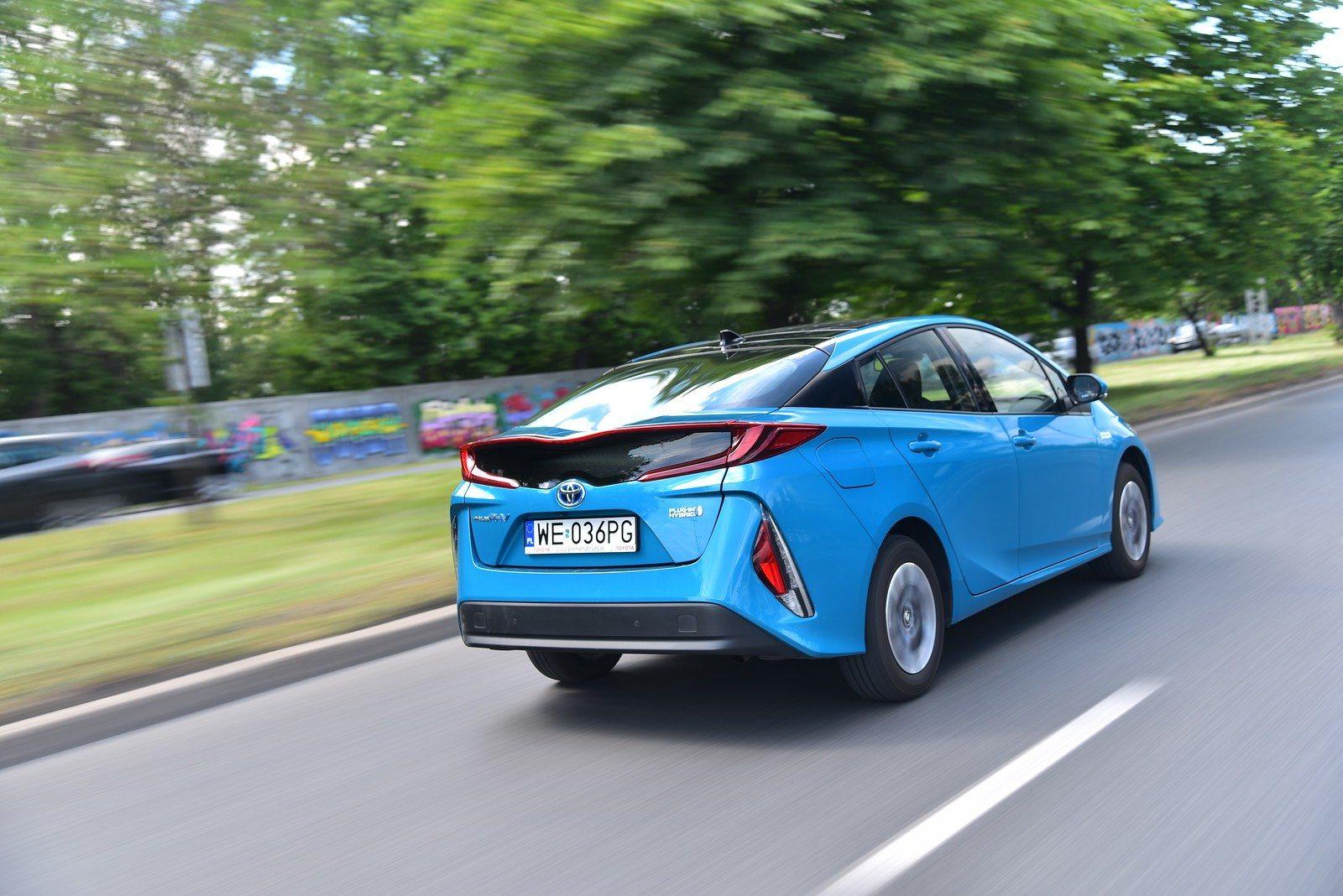 Toyota Prius Plug-In Hybrid - tył w ruchu