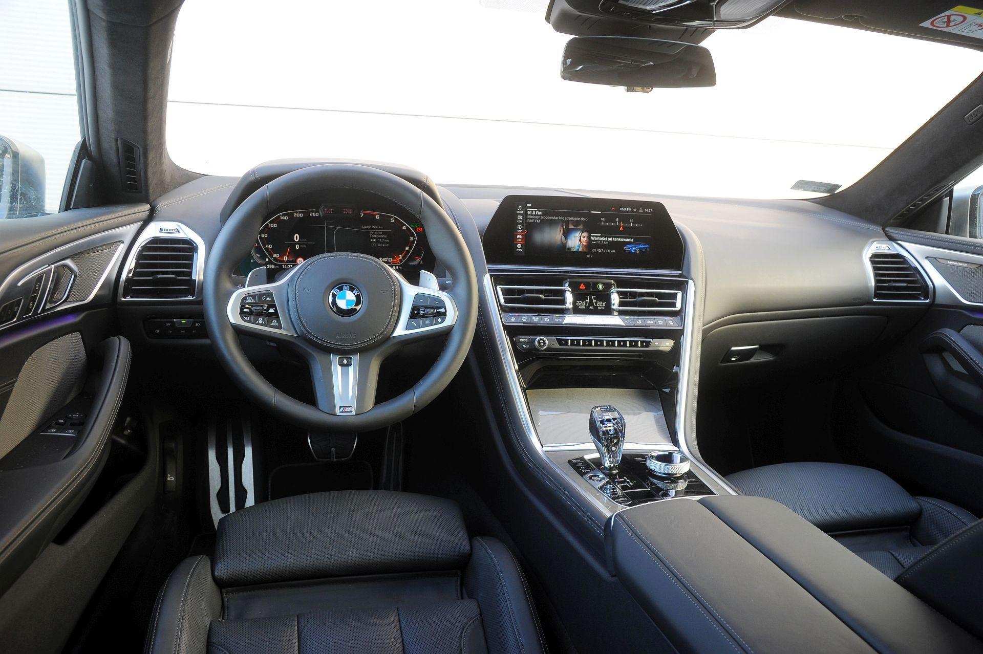 BMW M850i - deska rozdzielcza