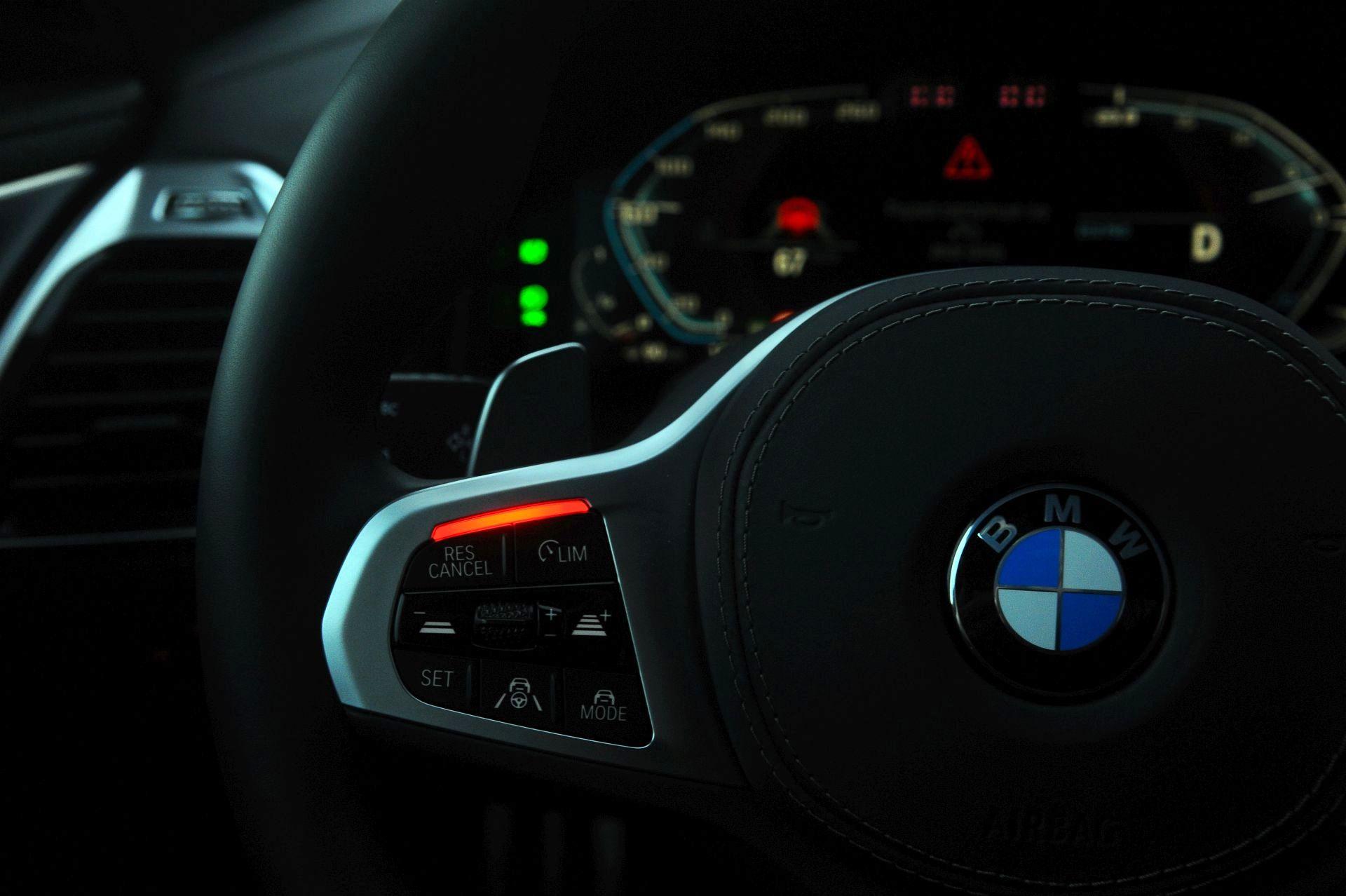 BMW M850i - dioda na kierownicy