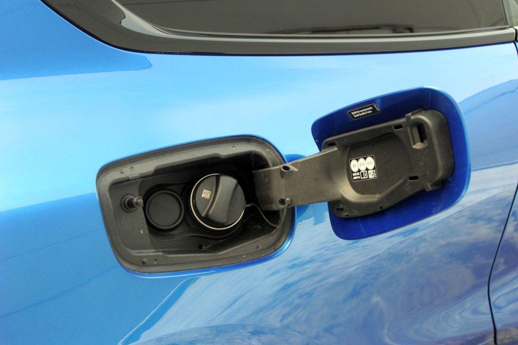 BMW M850i - wlew paliwa