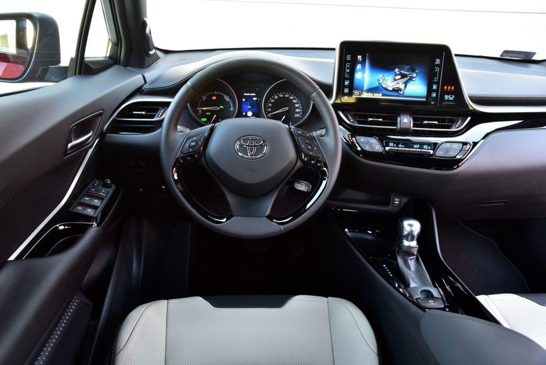 Toyota C-HR Hybrid - deska rozdzielcza