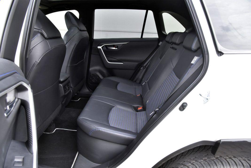 Toyota RAV4 Hybrid - kanapa