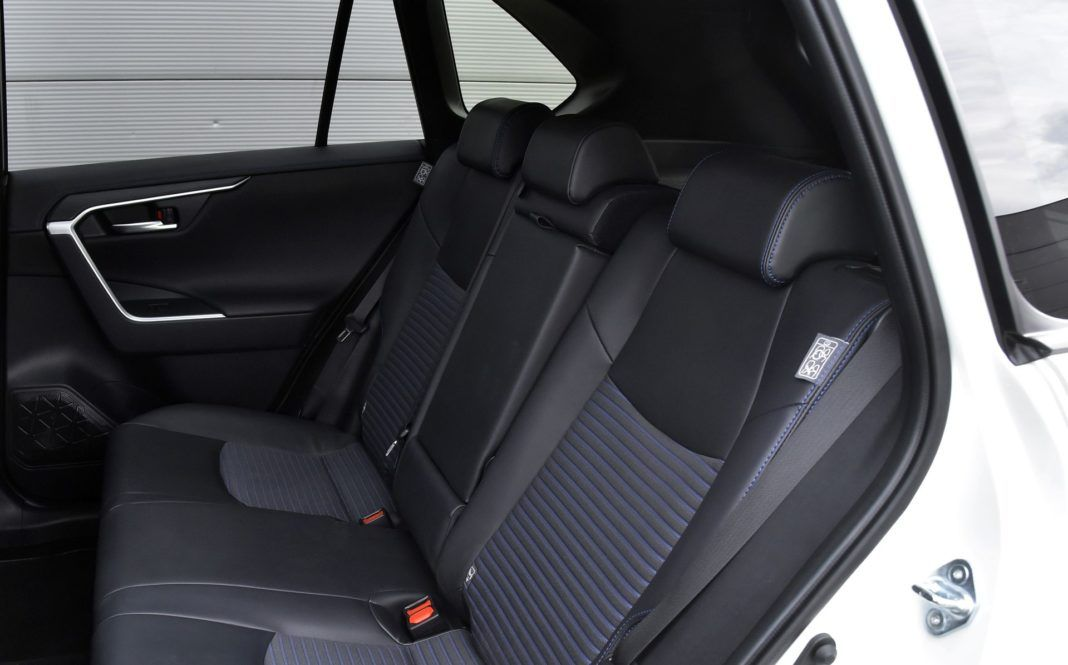Toyota RAV4 Hybrid - kanapa (2)