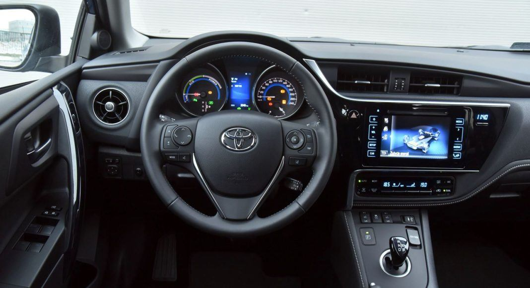 Toyota Auris TS Hybrid - deska rozdzielcza (2)