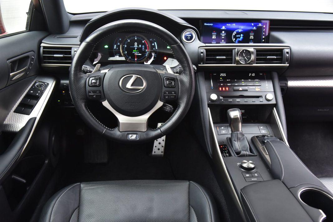 Lexus IS 300h deska rozdzielcza