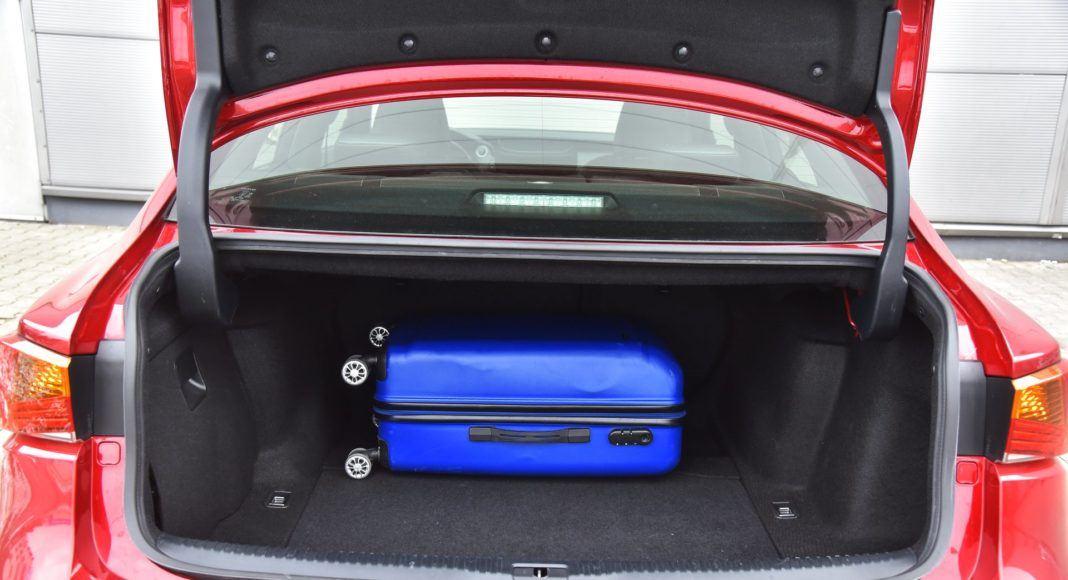 lexus is 300h bagażnik