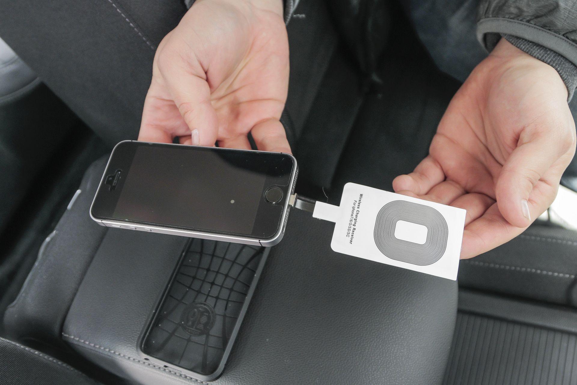 Bezprzewodowe ładowanie smartfonów. Uchwyty na smartfon z